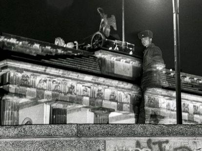 Un soldado vigila el muro en la puerta de Brandeburgo, en Berlín, el 30 de noviembre de 1989.