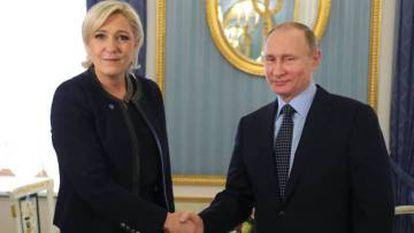 Marine Le Pen y Vladimir Putin, en marzo en Moscú.