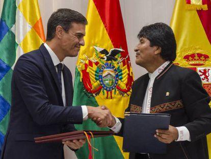 Pedro Sánchez (izquierda) con el presidente de Bolivia, Evo Morales, en su gira latinoamericana.