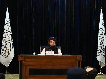 El portavoz talibán, Zabihullah Mujahid, durante la conferencia de prensa para anunciar el nuevo Gobierno afgano, este martes en Kabul.