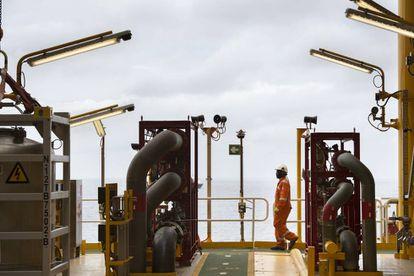 Cubierta de un buque de extracción de petróleo en la costa de Angola.