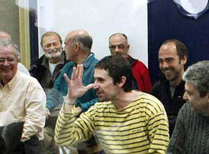 El abogado Txema Matanzas hace un gesto de burla instantes antes de la lectura de la sentencia del <i>caso Ekin.</i>