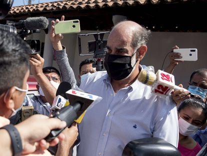 El empresario Michael Healy, presidente del Consejo Superior de la Empresa Privada (COSEP), habla a medios de comunicación antes de ser detenido al salir del ministerio público, en Managua.
