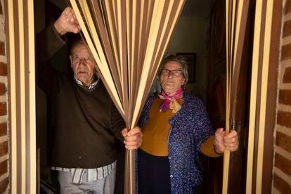 Tirso y Emilia, en la puerta de su casa en Villar de Favalles (Zamora, 40 habitantes).