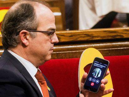Jordi Turull pasa el teléfono con la llamada de Carles Puigdemont a Roger Torrent tras ser nombrado como presidente del Parlamento catalán. En vídeo, perfil de Turull.