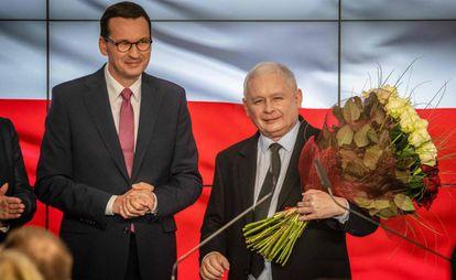 El líder del PiS, Jaroslaw Kaczynski, y el candidato y actual primer ministro Mateusz Morawiecki, este domingo.