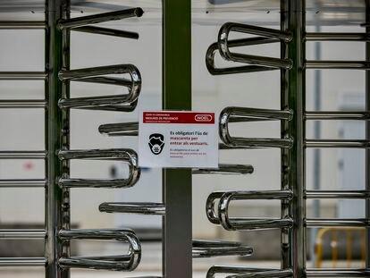 Cartel de medidas de prevencion en un acceso a la planta de Noel Alimentaria en Sant Joan de les Fonts (Girona).