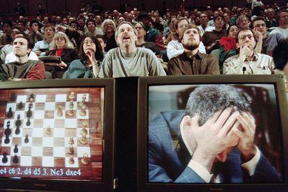 Asistentes al duelo entre la máquina Deep Blue y el campeón del mundo Gary Kasparov, en 1997 en Nueva York.
