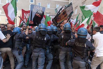La policía italiana disuelve una manifestación delante del Senado contra la aprobación de la ley Ius Soli.