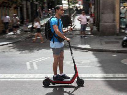 Este vehículo de movilidad personal permite desplazarse sin contaminar pero hay dudas sobre por dónde debe circular y conflictos con los peatones