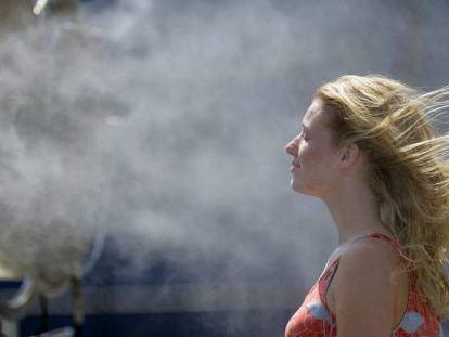 Una joven se refresca ante un ventilador. EFE/Archivo