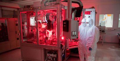 Empleados de Volkswagen en una sala de fabricación de baterías para coches eléctricos en Alemania.