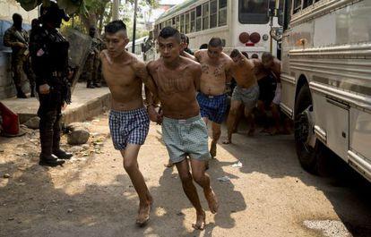 Pandilleros detenidos en El Salvador, en una imagen de archivo.