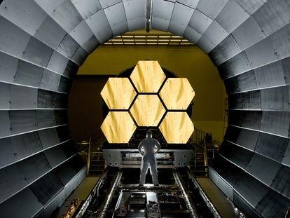 Un operario examina parte de los espejos del telescopio espacial 'James Webb'.