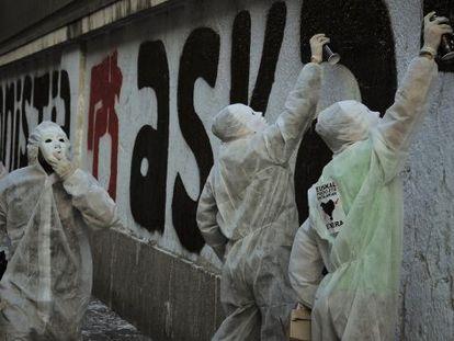 Pintada en Bilbao por la amnistía de los presos vascos.