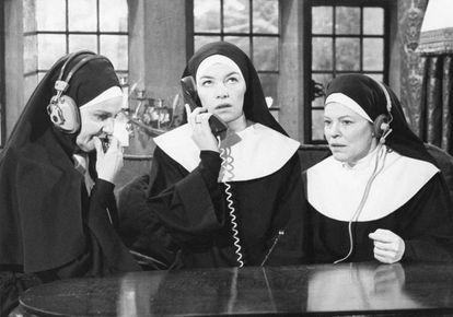 Escena de la película 'Nasty Habits' (1977). La hermana Alexandra (interpretada por Glenda Jackson) habla por teléfono mientras otras dos monjas escuchan la conversación