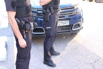Imagen de dos agentes de una patrulla de la Policía Nacional de Valencia.