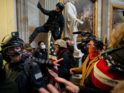 Varios de los trumpistas que atacaron y se hicieron fuertes el pasado día 6 en la sede del Congreso de EE UU.