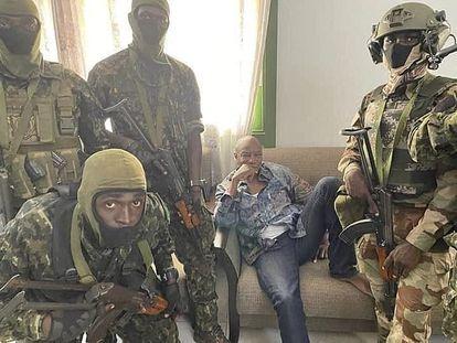 Alpha Conde, rodeado de soldados en una imagen publicada por los rebeldes en un edificio institucional en Conakry el 5 de septiembre.