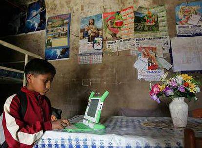 Kevin, un niño peruano de 11 años, navega en internet con su portátil en Arahuay, una aldea andina, la semana pasada.