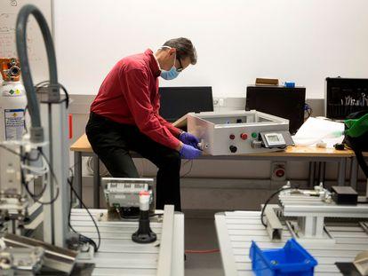 El cirujano Ignacio Díaz de Tuesta revisa el tercer prototipo del respirador andaluz.