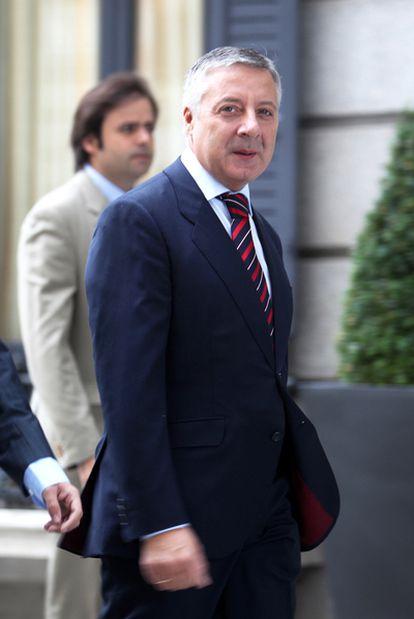 El portavoz del Gobierno, José Blanco, entra en el Congreso.