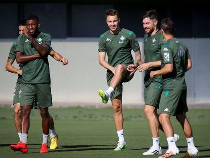 Jugadores del Betis durante el entrenamiento realizado este viernes en la ciudad deportiva en Sevilla.