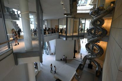 La reflexión que busca provocar el campus creativo de Luma Arles no está reñida con la alegría, como se desprende de las diapositivas que el artista Kasten Höller instaló en La Torre.