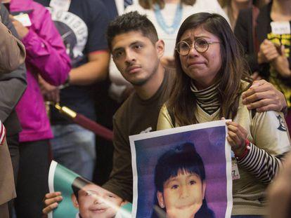 Dos jóvenes indocumentados, Jario Reyes, de Arkansas, y Karen Caudillo, de Orlando, asisten a una rueda de prensa en el Capitolio.