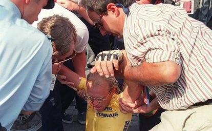 Fignon, levantado del suelo tras perder el Tour de 1989 por ocho segundos.