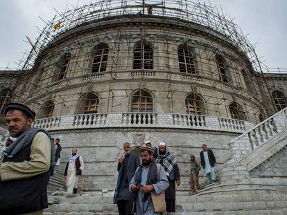 Trabajadores afganos en las ruinas del palacio de Darulaman (Kabul) en mayo.