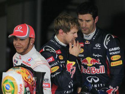 Vettel charla con Mark Webber junto a Lewis Hamilton