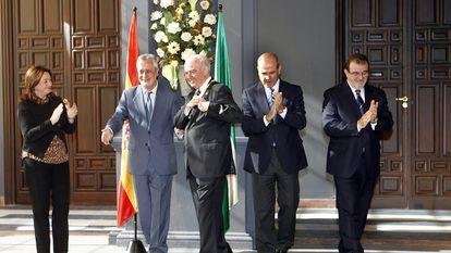 Los expresidentes andaluces José Antonio Griñán (segundo por la izquierda), Manuel Chaves (cuarto) y José Rodríguez de la Borbolla (quinto), en una imagen de archivo.