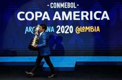 El exfutbolista Juninho Paulista lleva el trofeo de la Copa América durante la presentación de la edición 2020, cancelada por la pandemia.