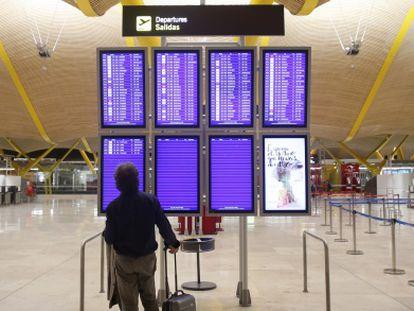 Un pasajero en la Terminal 4 en Barajas.