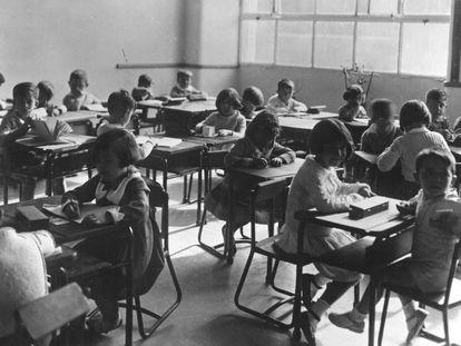 Un aula del Instituto-Escuela en 1933, donde los alumnos se sientan en grupos.