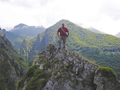 Julio Martínez Pérez, descendiente de El Cainejo, subido a unas rocas en la parte leonesa del Parque Nacional de Picos de Europa. En vídeo, reportaje sobre el centenario del parque.