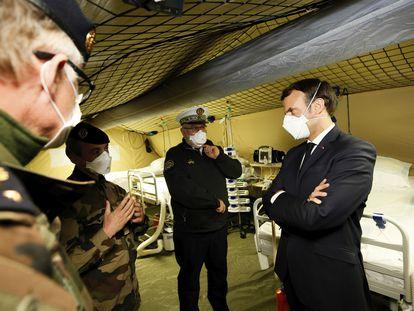 El presidente francés, Emmanuel Macron, con máscara protectora, durante su visita al hospital de campaña en Mulhouse