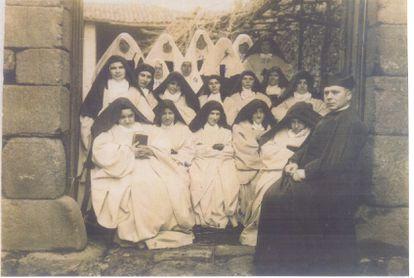 Bernardas de Ferreira con su capellán, en 1910.