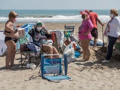 Varias bañistas con mascarilla en la playa de la Malvarrosa (Valencia) este miércoles.