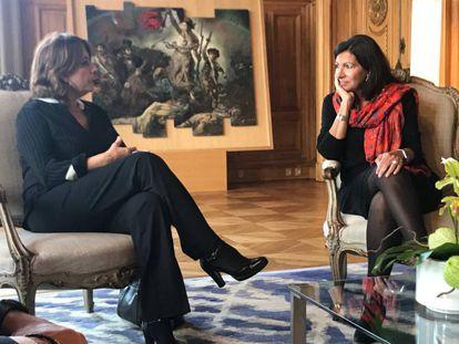 La ministra de Justicia, Dolores Delgado, y la alcaldesa de París, Anne Hildalgo, este martes en la capital francesa.