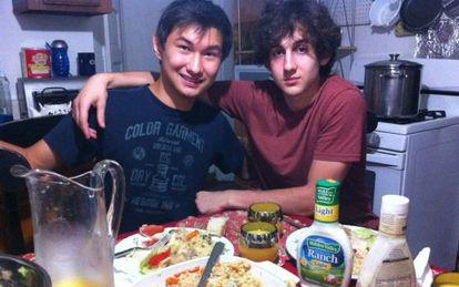 Dzhokhar Tsarnaev (Dcha.) con otro estudiante, Dias Kadyrbayev.