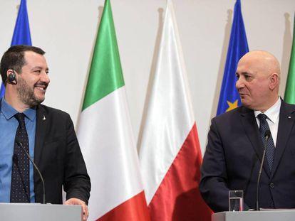 El ministro de Interior italiano, Matteo Salvini, con su homólogo polaco, Joachim Brudzinski, en la visita del primero a Varsovia este miércoles.