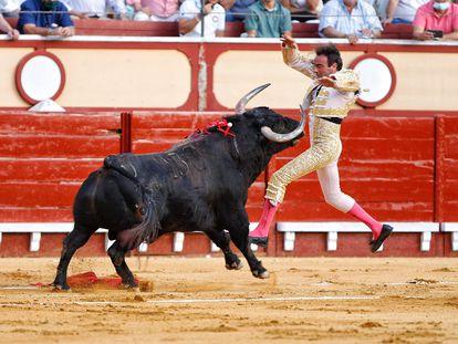 Enrique Ponce fue volteado sin consecuencias por su primer toro.