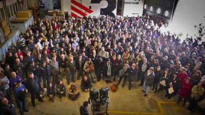 Trabajadores de TV-3, ayer en una asamblea e uno de los estudios de la cadena.