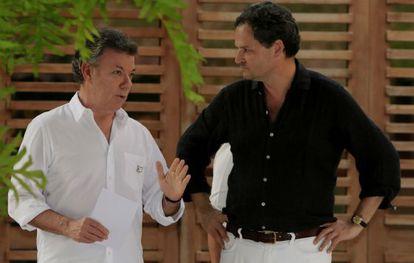 Santos conversa con Sergio Jaramillo.