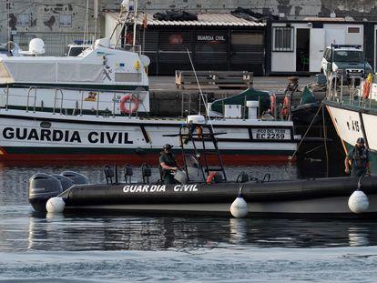 Varias embarcaciones de la Guardia Civil atracadas en el muelle de Santa Cruz de Tenerife, este viernes.