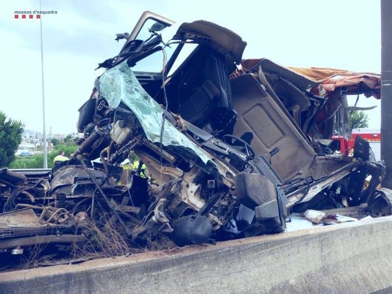 El camión accidentado en la A-2 en julio.