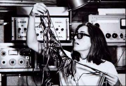 Beatriz Ferreyra, en 1965 en París en los estudios del Grupo de Investigaciones Musicales.