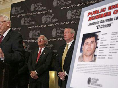 Art Bilek, vicepresidente de la Comisión del Crimen de Chicago, anuncia el nuevo enemigo público número uno de la ciudad.
